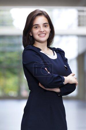 Photo pour Femme d'affaires mignonne regardant confiant et souriant - image libre de droit