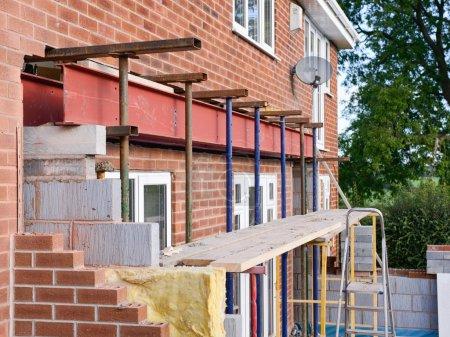 Photo pour Installation de poutre métallique au cours de la rallonge de maison - image libre de droit