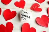 Bílá srdce Valentýn zprávy ornament na červené srdce papíru vystřihnout
