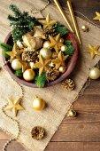 Vánoční stromek, zlaté ozdoby a svíčky