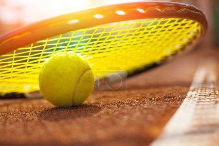 Photo pour Balle de tennis sur un court de tennis - image libre de droit