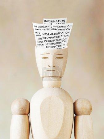 Photo pour Beaucoup de diverses informations dans la tête humaine. Image abstraite avec des marionnettes en bois - image libre de droit