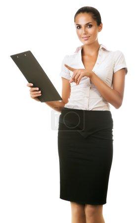 Photo pour Femme d'affaires souriante avec dossier à la main sur fond blanc - image libre de droit