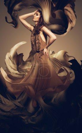 Photo pour Femme en robe longue fleur - image libre de droit