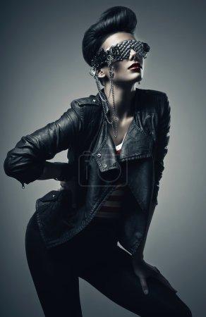 Photo pour Belle femme punk en veste en cuir noir - image libre de droit