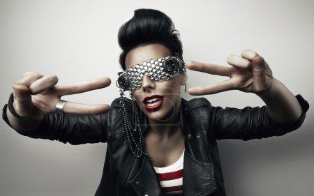 Photo pour Femme populaire avec des lunettes de soleil créatives - image libre de droit
