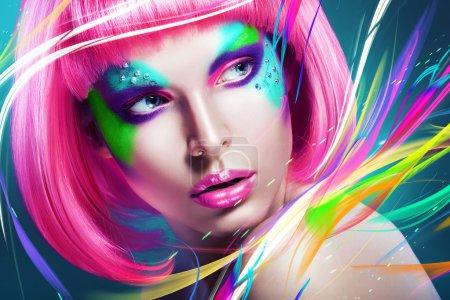 Foto de Mujer con peluca rosa y multi líneas - Imagen libre de derechos