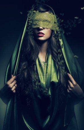 Photo pour Femme mystérieuse en feuilles vertes bandage - image libre de droit
