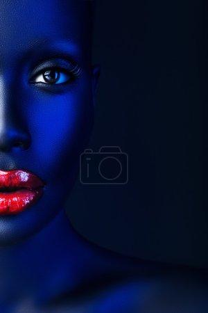 Photo pour Portrait demi-visage de femme aux lèvres rouges de lumière bleue - image libre de droit