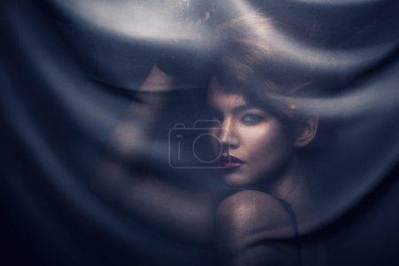 Photo pour Femme sous textile transparent foncé avec des étoiles - image libre de droit
