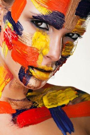 Photo pour Jolie brune en peinture colorée sur fond clair - image libre de droit
