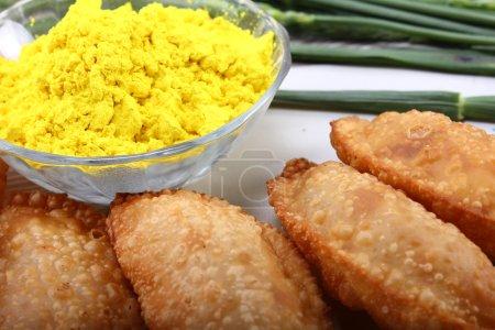 Photo pour Gujia, snacks traditionnels indiens pour le festival holi avec couleur verte dans le bol - image libre de droit