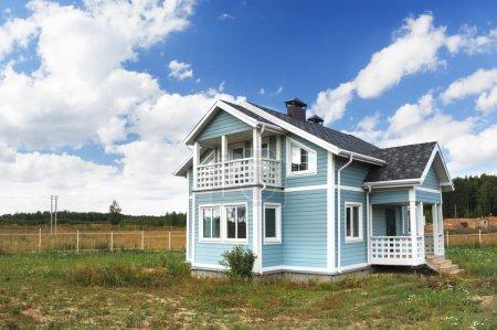 Photo pour Grande maison familiale dans une zone rurale . - image libre de droit