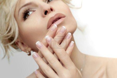 Photo pour Petite manucure française sur les mains d'une jeune femme. - image libre de droit