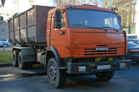 Оранжевый грузовик КАМАЗ