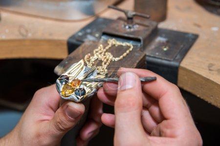 Jubiler rozwiązuje klejnotów na złoto produktu