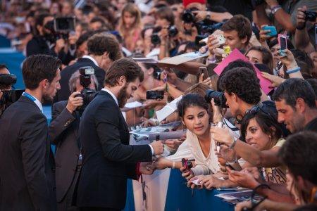 Foto de Andrew garfield signos autógrafos con fans en estreno la casa 99 durante el 71 º festival de cine de Venecia el 29 de agosto, en 2014 en Venecia, Italia - Imagen libre de derechos
