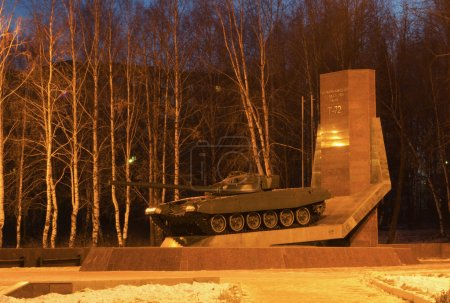 Photo pour Monument aux fondateurs du char T-72 le matin d'hiver. La ville de Nijni Tagil . - image libre de droit