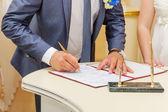 Podepisování sňatku ženich