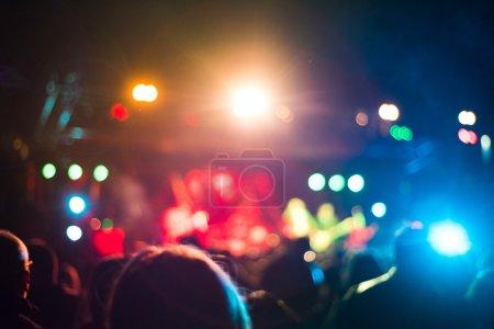 Photo pour Des personnes intentionnellement floues regardant un concert en direct - image libre de droit