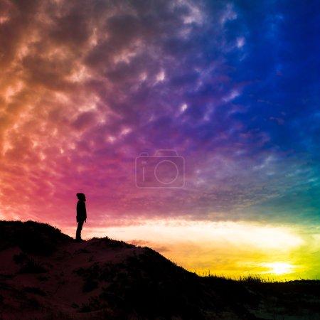 Photo pour Silhouette arrière-jour d'un homme debout sur une colline, surplombant, filtré coloré, photo carrée - avenir, puissance, concept de réalisation - image libre de droit