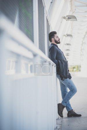 Photo pour Jeune beau homme modèle barbu attrayant dans le contexte urbain - image libre de droit