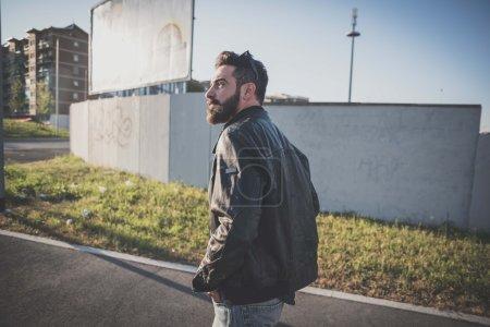 Photo pour Jeune homme beau modèle barbu attrayant marchant dans la rue - image libre de droit