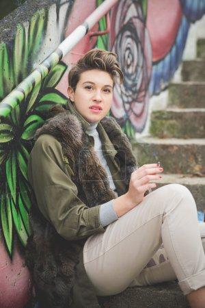 Photo pour Jeune belle femme hipster cheveux courts en ville - image libre de droit