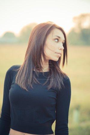 Photo pour Jeune belle brune cheveux raides femme de plein air - image libre de droit