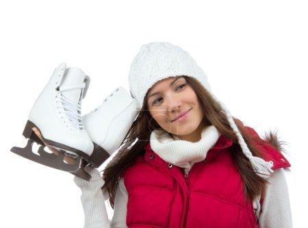 Photo pour Jolie femme avec activité de sport d'hiver patins à glace en chapeau blanc souriant se prépare pour le patinage sur glace isolé sur fond blanc - image libre de droit
