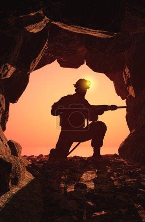 Photo pour Silhouette du travailleur dans la mine . - image libre de droit