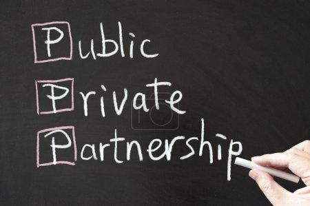 Photo pour PPP - Public, Privé, Partenariat mots écrits sur tableau noir à la craie - image libre de droit