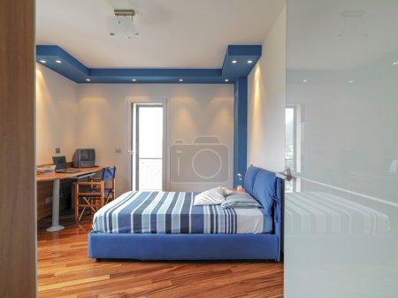 Photo pour Vue intérieure d'une chambre moderne avec parquet - image libre de droit