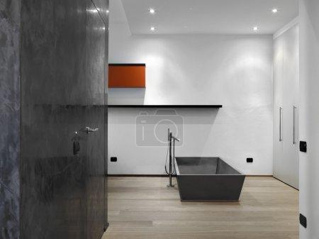 Photo pour Salle de bain moderne avec parquet dans la chambre - image libre de droit