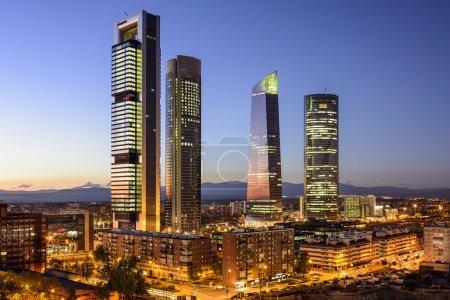 Photo pour Skyline de quartier financier de Madrid, en Espagne au crépuscule. - image libre de droit