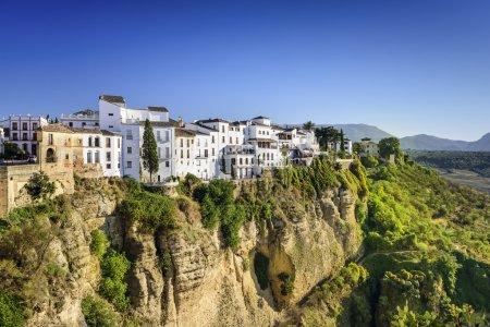 Photo pour Ronda, Espagne bâtiments sur la gorge du Tajo . - image libre de droit