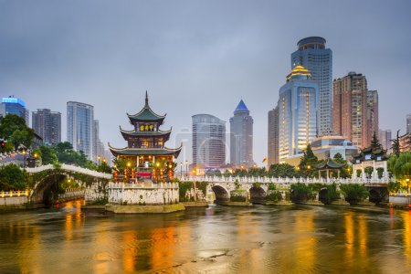 Photo pour Guiyang, Chine skyline de la ville sur la rivière . - image libre de droit