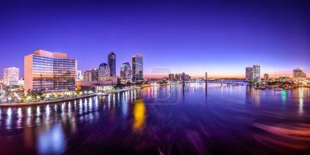 Photo pour Jacksonville, Floride, États-Unis panorama de la ville sur la rivière St. Johns à l'aube . - image libre de droit