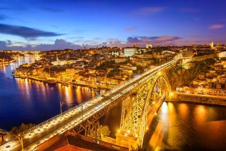Photo pour Porto, Portugal skyline sur le fleuve Douro . - image libre de droit