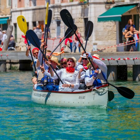 Oarsmen welcome viewers in Venice Vogalonga.