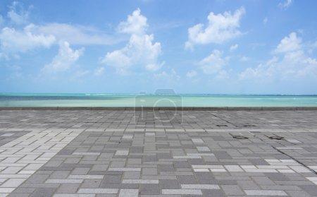 Photo pour Vue de côté de la route sur fond de plage . - image libre de droit