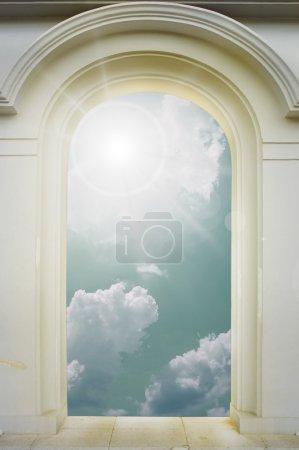 Foto de Puerta con arco que se abre a un hermoso cielo - Imagen libre de derechos