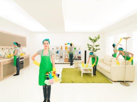 Photo pour Jeune femme caucasienne heureuse tout en nettoyant la maison - image libre de droit