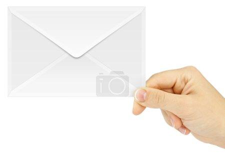 Hand hält Briefumschlag