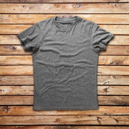 Photo pour Chemise grise sur fond bois - image libre de droit