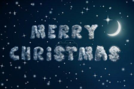 Photo pour Ciel nocturne avec étoiles et lune et nuages lettrés Joyeux Noël. Fond de vacances - image libre de droit