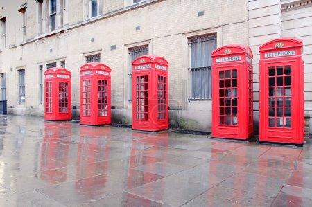 Photo pour -Des cabines téléphoniques rouges de large Cour, Covent Garden Londres. - image libre de droit
