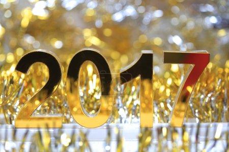Photo pour Golden 2017 3d icône dans les ornements de Noël tinelle d'or fonds flous déconcentrés - image libre de droit