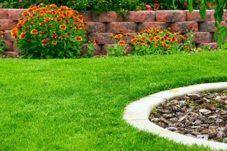 Foto de Jardín con césped verde y flores - Imagen libre de derechos