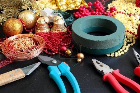 Photo pour Outils et décorations pour la confection de couronnes de Noël - image libre de droit